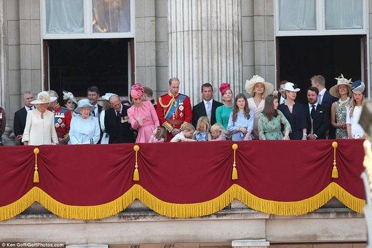 2 con của Hoàng tử William gây sốt tại sinh nhật Nữ hoàng Anh - Ảnh 1.