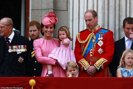 2 con của Hoàng tử William gây sốt tại sinh nhật Nữ hoàng Anh - Ảnh 2.