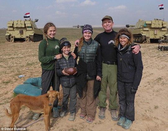 Cựu binh Mỹ liều mình cứu bé gái trong bom đạn - Ảnh 4.