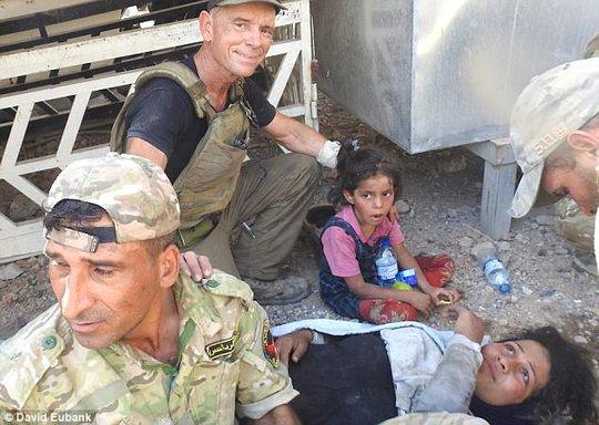Cựu binh Mỹ liều mình cứu bé gái trong bom đạn - Ảnh 2.