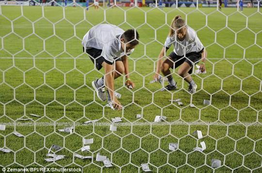 Thủ môn tuyển Ý bị fan ném tiền vào mặt lúc thi đấu - Ảnh 2.