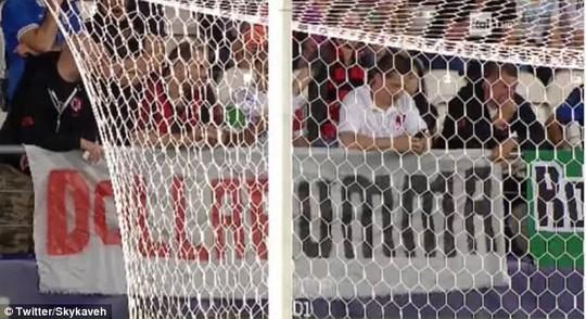 Thủ môn tuyển Ý bị fan ném tiền vào mặt lúc thi đấu - Ảnh 3.
