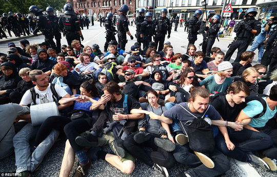Biểu tình bạo lực phản đối G20, gần 200 cảnh sát bị thương - Ảnh 19.