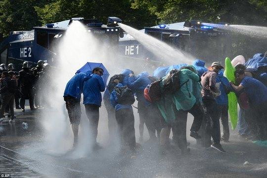 Biểu tình bạo lực phản đối G20, gần 200 cảnh sát bị thương - Ảnh 18.