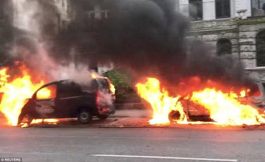 Biểu tình bạo lực phản đối G20, gần 200 cảnh sát bị thương - Ảnh 6.