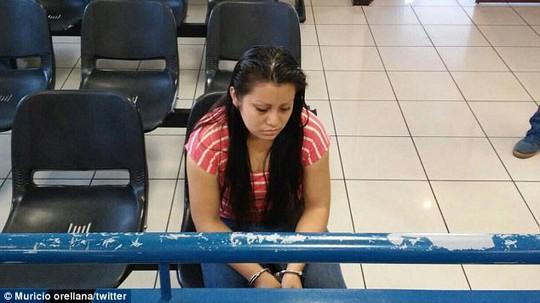 Thiếu nữ bị hiếp dâm lãnh án 30 năm tù vì sẩy thai - Ảnh 1.