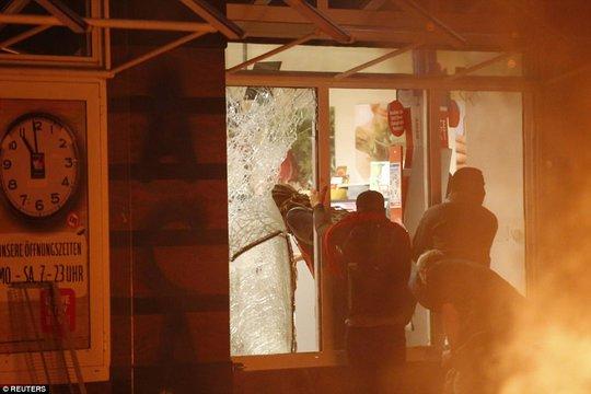 Biểu tình bạo lực phản đối G20, gần 200 cảnh sát bị thương - Ảnh 8.