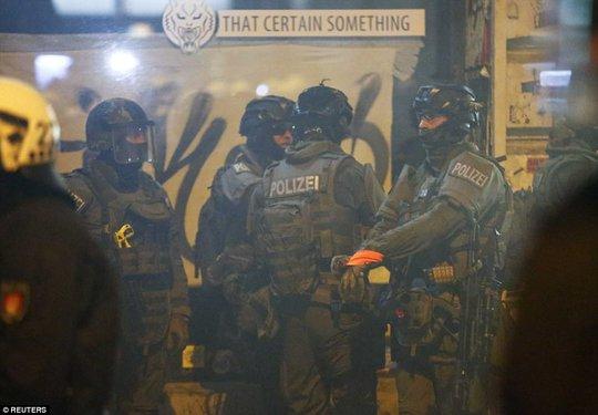 Biểu tình bạo lực phản đối G20, gần 200 cảnh sát bị thương - Ảnh 3.