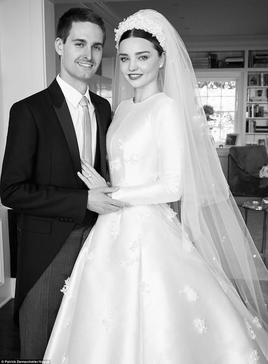 Miranda Kerr lộng lẫy với áo cưới Dior - Ảnh 2.