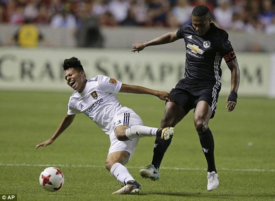 Cãi trọng tài, Mourinho khiến học trò bị đuổi - Ảnh 1.
