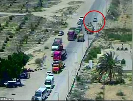Xe tăng Ai Cập nghiền nát xe bom, cứu sống 50 người - Ảnh 1.