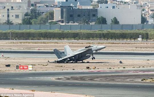 Chiếc đấu cơ Mỹ hạ cánh khẩn cấp, phi công lao ra ngoài - Ảnh 1.
