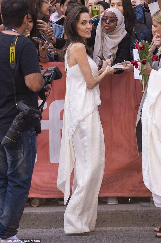 Angelina Jolie rạng ngời cùng các con trên thảm đỏ - Ảnh 10.