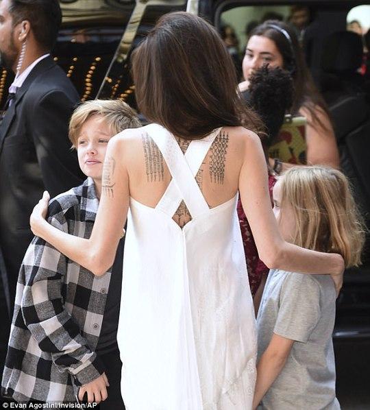 Angelina Jolie rạng ngời cùng các con trên thảm đỏ - Ảnh 7.