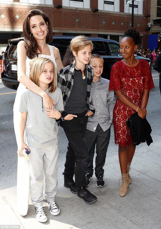 Angelina Jolie rạng ngời cùng các con trên thảm đỏ - Ảnh 4.