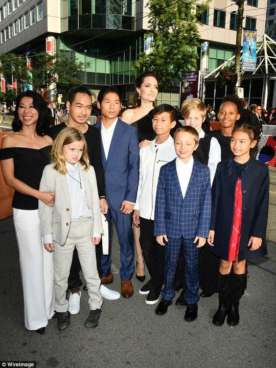 Pax Thiên cao to nhất trong các con của Angelina Jolie - Ảnh 3.