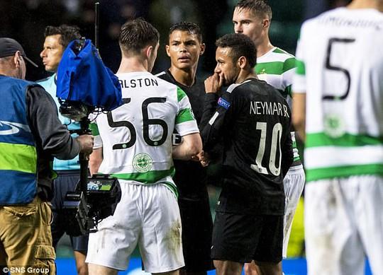 Vì sao Neymar từ chối bắt tay và đổi áo đối thủ? - Ảnh 1.