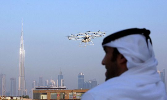 Hoàng tử UAE trải nghiệm taxi bay không người lái đầu tiên - Ảnh 2.