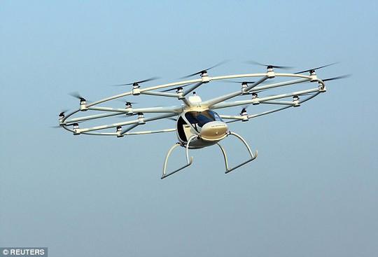 Hoàng tử UAE trải nghiệm taxi bay không người lái đầu tiên - Ảnh 3.