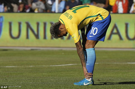 Cầu thủ Brazil thở oxy sau trận hòa Bolivia - Ảnh 3.