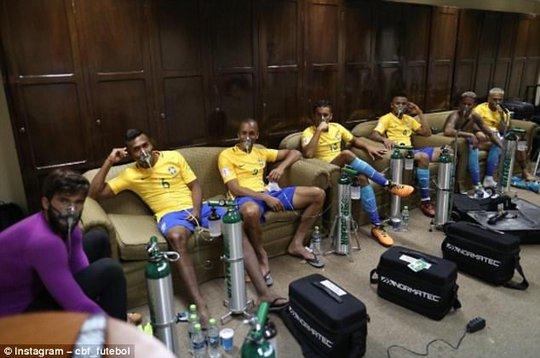 Cầu thủ Brazil thở oxy sau trận hòa Bolivia - Ảnh 1.