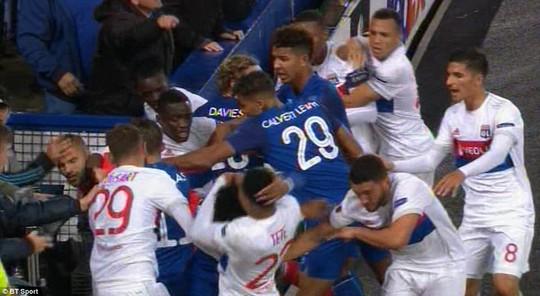 Fan Everton đánh hôi lúc cầu thủ ẩu đả - Ảnh 7.