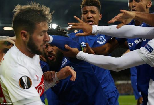 Fan Everton đánh hôi lúc cầu thủ ẩu đả - Ảnh 3.