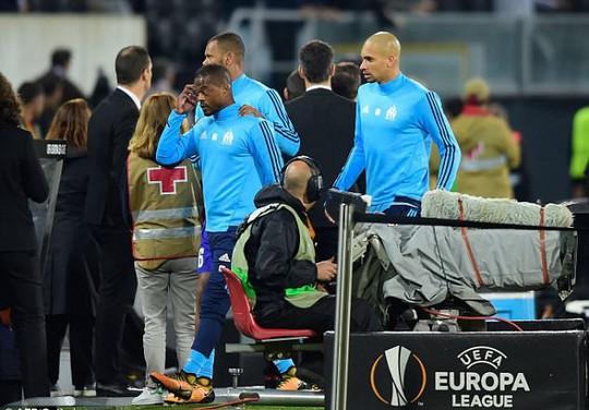 Tái hiện cú kungfu của Cantona, Evra bị đuổi khi chưa ra sân - Ảnh 3.