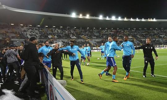 Tái hiện cú kungfu của Cantona, Evra bị đuổi khi chưa ra sân - Ảnh 2.