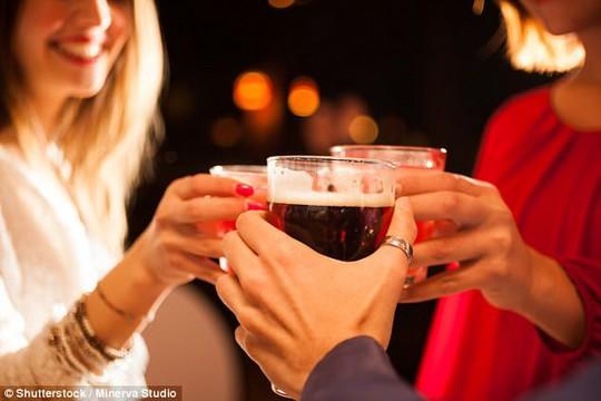 Cố uống rượu như đàn ông, não phụ nữ sẽ tê liệt - Ảnh 1.