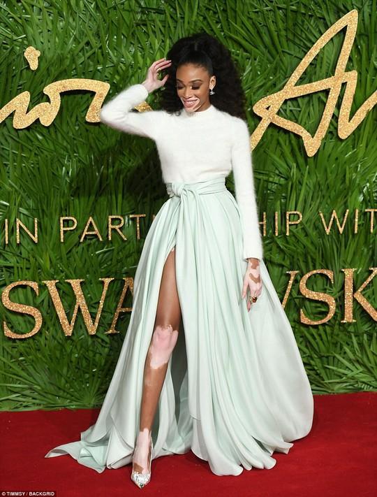 Chân dài tụ hội trên thảm đỏ giải thưởng thời trang - Ảnh 9.