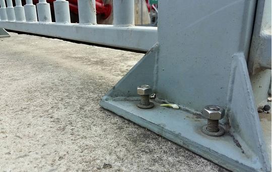 Một trụ lan can gần chân cầu Kiệu, các ốc vít bị tháo ra gần hết.