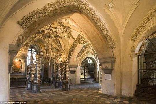 Bên trong nhà thờ trang trí bằng xương người độc nhất thế giới - Ảnh 5.