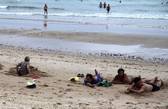 Bão 14 giảm thành áp thấp nhiệt đới, người dân bất chấp đổ xô tắm biển - Ảnh 5.
