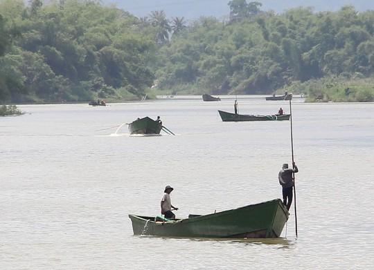 Khai thác cát trái phép diễn ra công khai trên sông Cái, tỉnh Khánh Hòa Ảnh: KỲ NAM