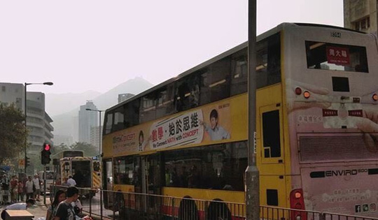Đâm chết người trên xe buýt rồi nhảy qua cửa sổ - Ảnh 1.
