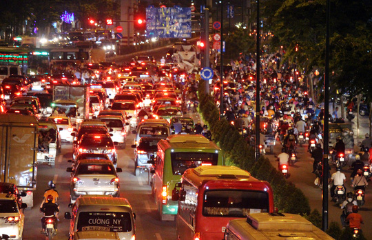 Chịu ảnh hưởng từ đám kẹt xe trên đường Nguyễn Thái Sơn, đường Phạm Văn Đồng cũng kẹt cứng tại 2 vòng xoay Lê Quang Định và vòng xoay Phan Văn Trị.
