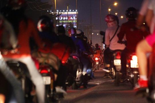 Khoảng 17 giờ cùng ngày, tuyến đường Quốc lộ 1 đã đông đúc xe cộ. Từ ngã tư An Sương đến cầu vượt Nguyễn Văn Linh, các phương tiện lưu thông khó khăn.