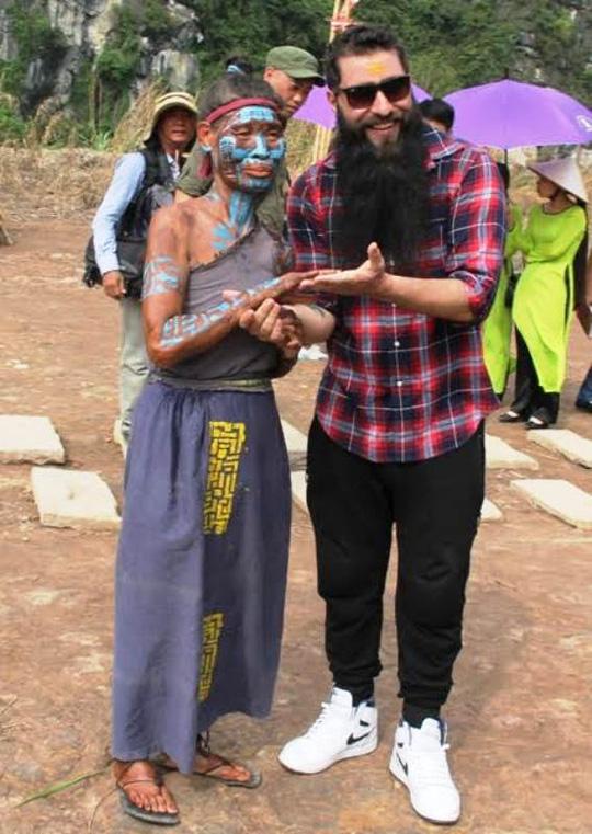 Đạo diễn Kong: Skull Island vui mừng ôm thổ dân tại Ninh Bình - Ảnh 2.