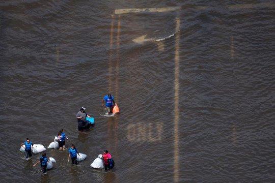 """Đội xe tải """"quái vật"""" giải cứu nạn nhân bão Harvey - Ảnh 5."""