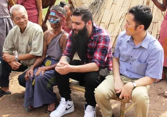Đạo diễn Kong: Skull Island vui mừng ôm thổ dân tại Ninh Bình - Ảnh 4.