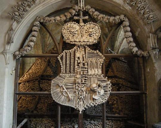 Bên trong nhà thờ trang trí bằng xương người độc nhất thế giới - Ảnh 7.