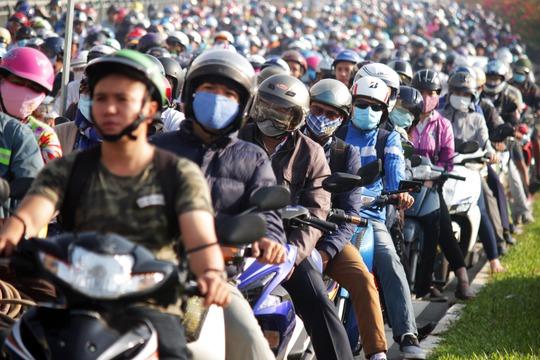 Phương tiện giao thông ngày càng dồn ứ, càng về trưa đám kẹt xe càng nghiêm trọng