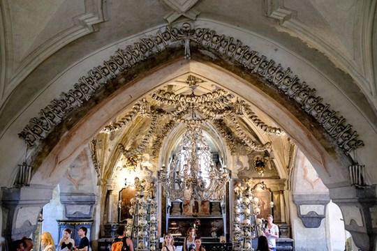 Bên trong nhà thờ trang trí bằng xương người độc nhất thế giới - Ảnh 8.