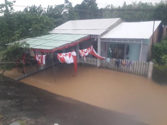Làng mạc Quảng Nam ngập chìm trong nước, thủy điện vẫn xả lũ - Ảnh 1.