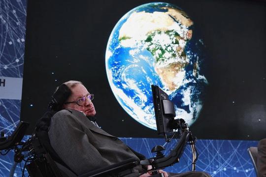 GS Stephen Hawking cảnh báo loài người chỉ còn 100 năm để rời khỏi Trái đất và chinh phục các hành tinh khác trong vũ trụ Ảnh: REUTERS