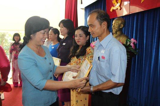 Bà Trần Kim Yến, Chủ tịch LĐLĐ TP HCM, trao giấy khen cho các cá nhân lao động giỏi