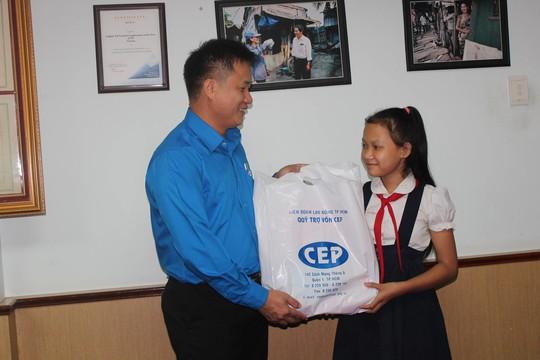 Trao 2.081 suất học bổng cho con thành viên CEP - Ảnh 1.