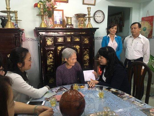 Lãnh đạo LĐLĐ TP HCM thăm gia đình chính sách - Ảnh 1.