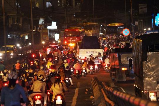Khoảng 18 giờ 30, đoạn Quốc lộ 1 qua cầu vượt Nguyễn Văn Linh (xã Tân Túc, Huyện Bình Chánh) bắt đầu rơi vào thế bế tắc